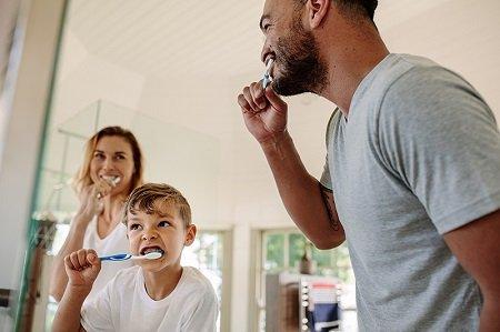 Ejercicios mientras te lavas los dientes
